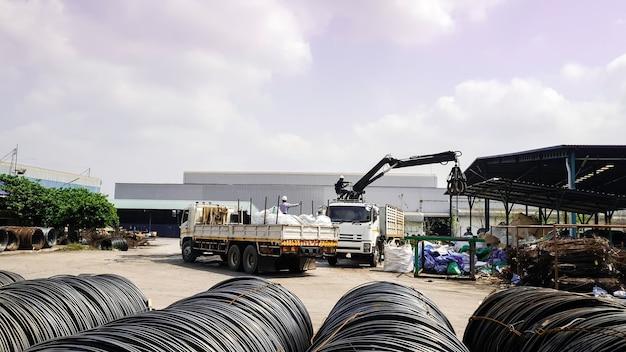 Mobiele kraanwagen met hoogwerker in de zware industrie