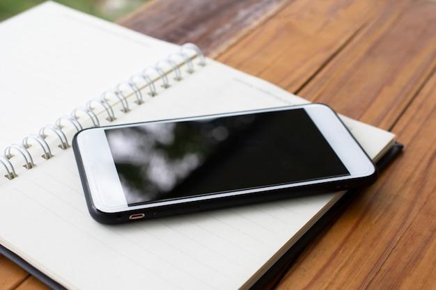 Mobiele slimme telefoon op houten tafel