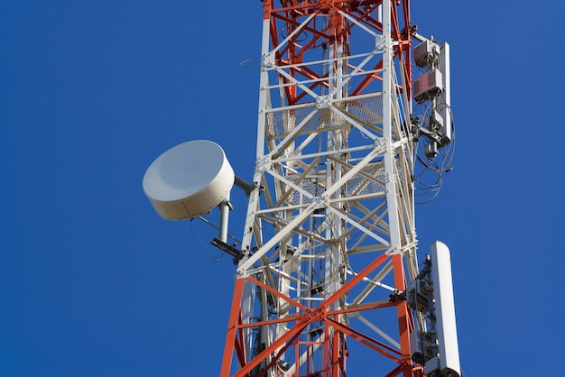 Mobiele telefoon communicatie antennetoren met satellietschotel