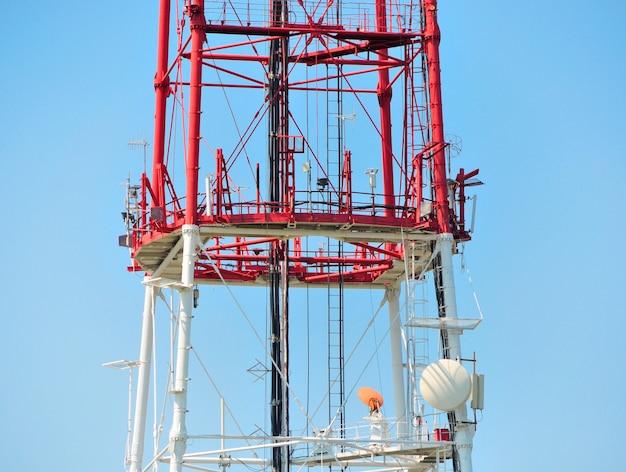 Mobiele telefoon communicatie repeater antenne toren in blauwe lucht