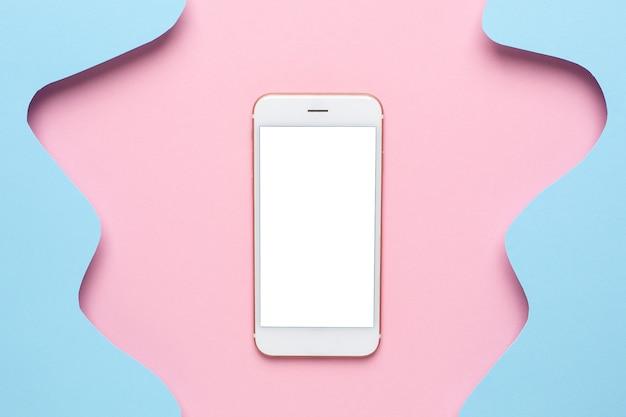 Mobiele telefoon en abstract papier met gesneden blauwe golven