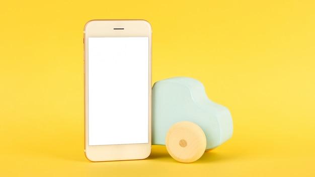 Mobiele telefoon en blauwe speelgoedauto voor kinderen