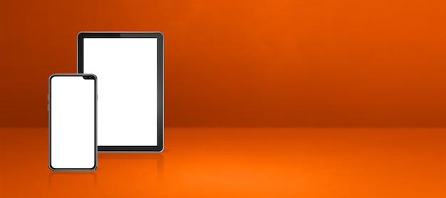 Mobiele telefoon en digitale tabletpc op oranje bureau. horizontale banner als achtergrond. 3d-afbeelding