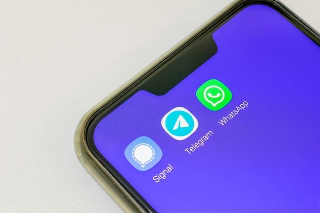 Mobiele telefoon met signal telegran- en instagram-applicaties, allemaal voor het verzenden van berichten