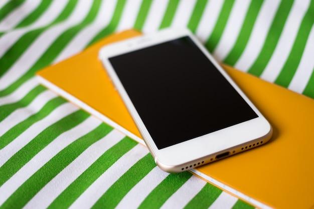 Mobiele telefoon, notebook, lenzenvloeistof en potlood