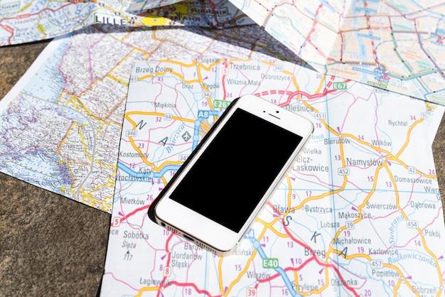 Mobiele telefoon op toeristische polen kaarten