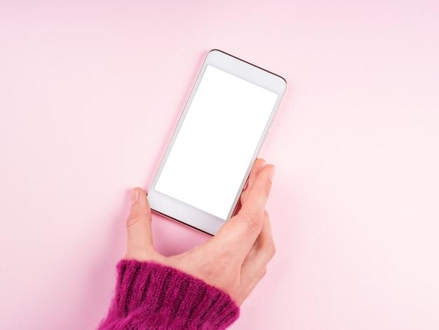 Mobiele telefoon scherm op roze. hand van een vrouw