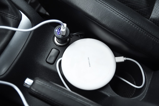 Mobiele telefoon, smartphone laadbatterij, draadloos opladen in de autostekker close-up
