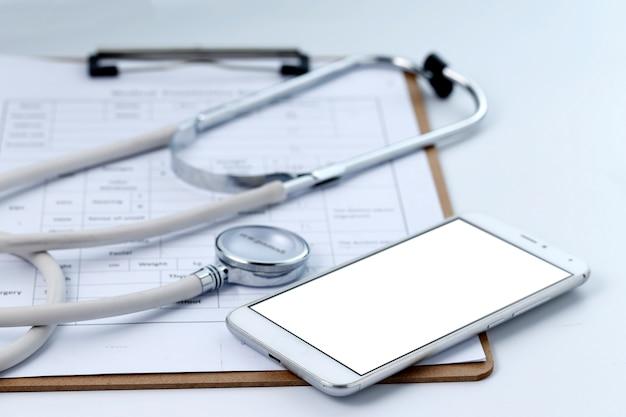 Mobiele telefoon, stethoscoop en grafisch bestand op het bureaublad (mobiele medische, handheld artsconcepten)