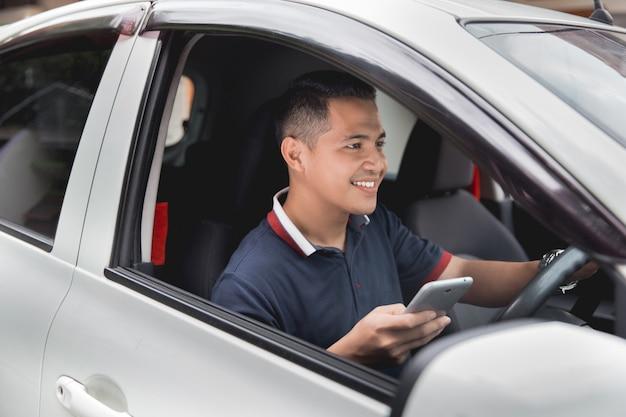 Mobiele telefoon tijdens het rijden