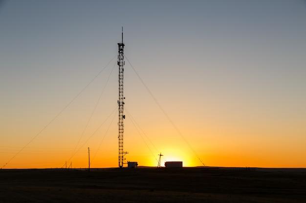 Mobiele telefoon toren bij zonsondergang in mongolië