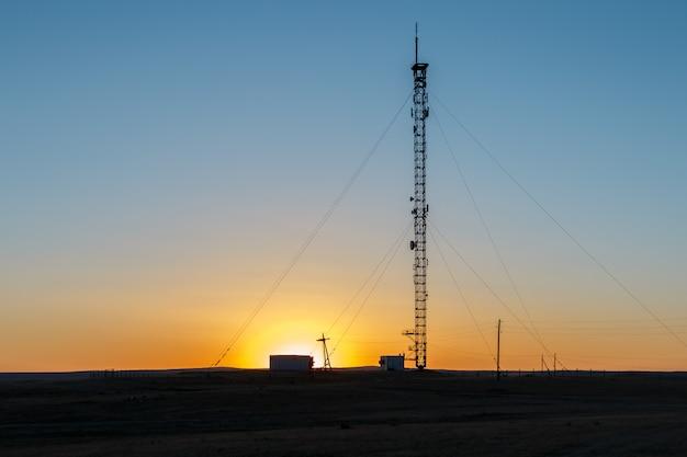 Mobiele telefoon toren bij zonsondergang