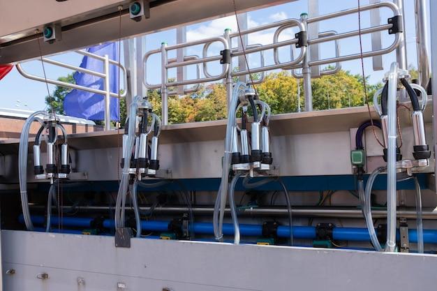 Mobiele, verplaatsbare melkmachine voor het melken van koeien en het ontvangen van melk in het veld.
