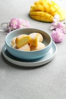 Mochi-ijs met mango, traditionele japanse rijstsnoepjes