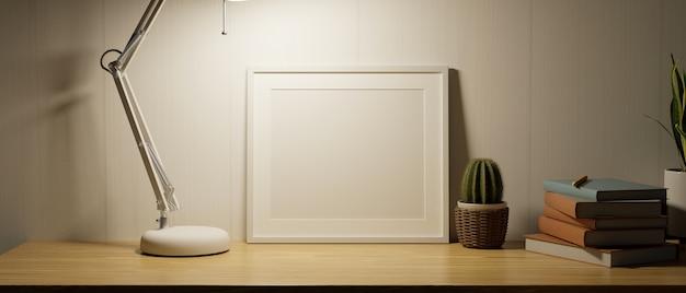 Mock-up frame en kopieer ruimte in nachtelijke stemming met weinig licht van moderne tafellamp op houten tafel