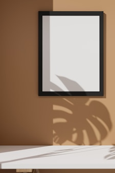 Mock-up frame versierd op beige muur met schaduw van blad en witte tafel,