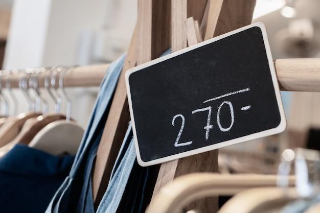 Mock-up hout zwart adverteren display frame-instelling op waslijn bij shopping warenhuis mode voor winkel, zakelijke advertentie voor custormer concept. vintage toon