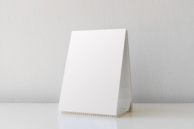 Mock-up label het lege menuframe in bar-restaurant. stand voor boekje met wit vel papier acryl tent kaart op tafel met onscherpe achtergrond kan de tekst of afbeelding invoegen.