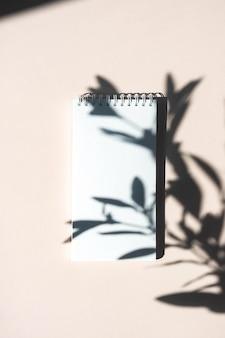 Mock-up leeg wit spiraalvormig notitieboekje