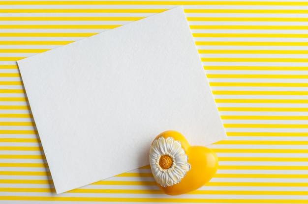 Mock-up, lege papieren notitie, geel hart