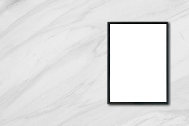 Mock up lege poster foto frame hangend op witte marmeren muur in de kamer - kan gebruikt worden mockup voor montage producten display en design sleutel visuele lay-out.