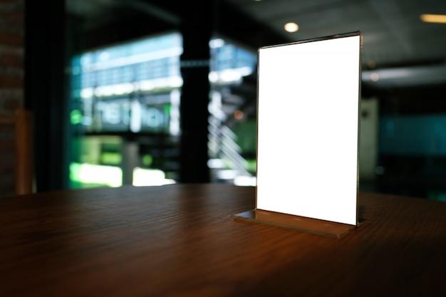 Mock up menu frame staande op houten tafel in bar restaurant cafe. ruimte voor tekst.