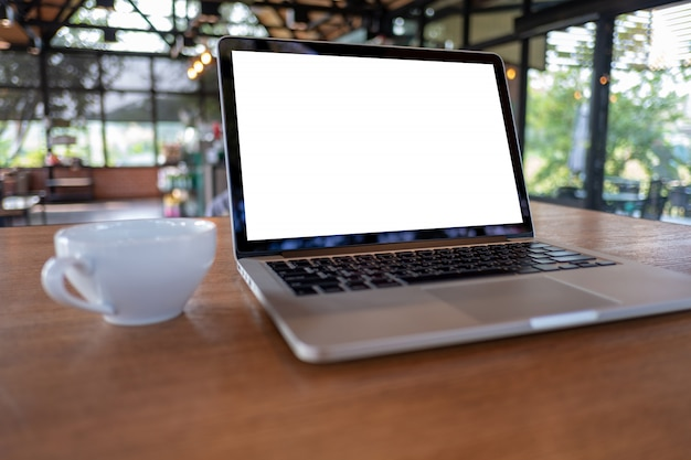 Mock-up met behulp van laptop met een leeg scherm moderne computer werkruimte in coffeeshop