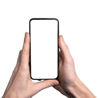 Mock-up, mockup. man hand met de zwarte smartphone met frame minder leeg scherm en modern frameloos ontwerp, verticaal
