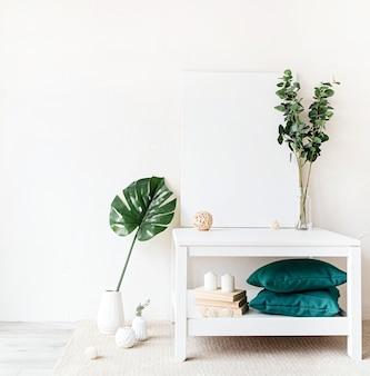 Mock up posterframe op salontafel met decoraties op witte muur achtergrond