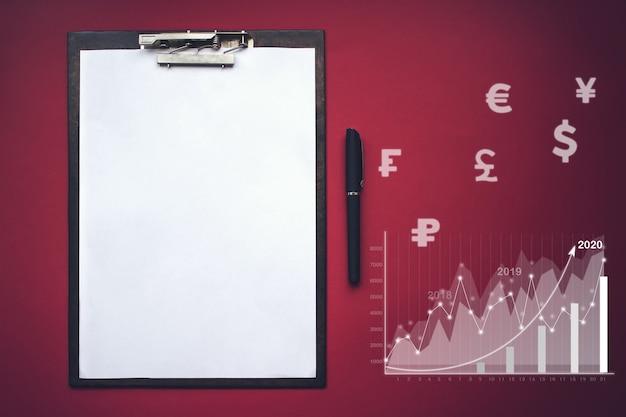 Mock-up set zakelijke tablet planten notebook met virtuele hologram stat, grafiek valuta pictogrammen verschillende landen. mensen uit het bedrijfsleven zijn van plan om de bedrijfsgroei te vergroten en belangrijke groei toe te voegen in 2020.