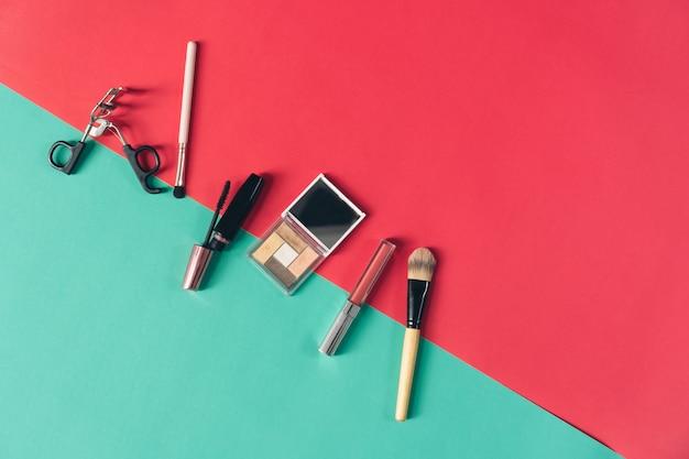 Mock up van cosmetische crème fles, lege label-pakket op pastel achtergrond. concept natuurlijke schoonheidsproducten.