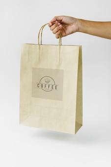Mock-up van merken met natuurlijke papieren zak