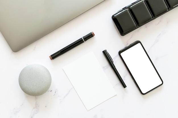 Mock-up van papier en telefoon in plat liggende uitvoering