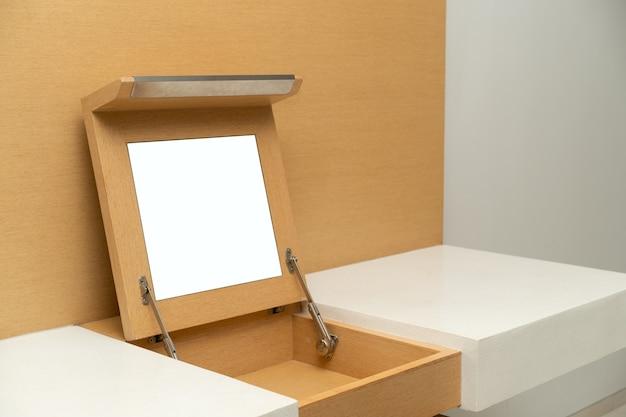 Mock up van spiegel op kast van bruin houten tafel ingebouwd.