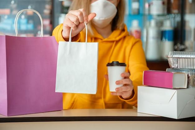 Mock-up voor afhaalmaaltijden. voedselzak drink koffie om mee te nemen in afhaalrestaurant. voedsellevering