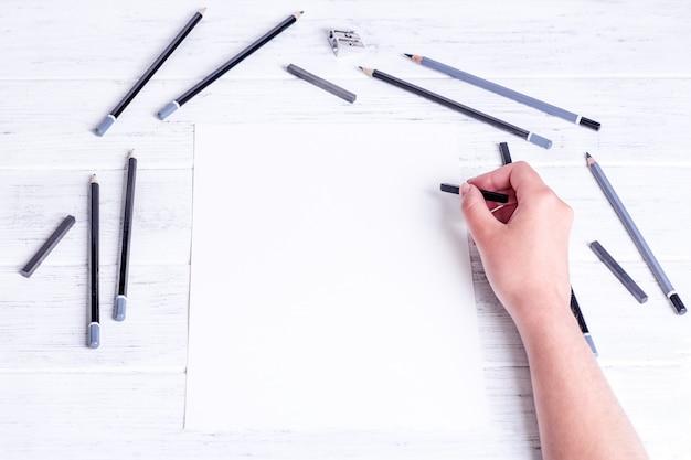 Mock up voor een tekening. handen tekenen door samengeperste houtskool
