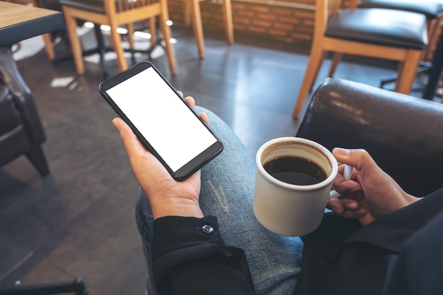 Mockup afbeelding van handen met witte mobiele telefoon met leeg scherm