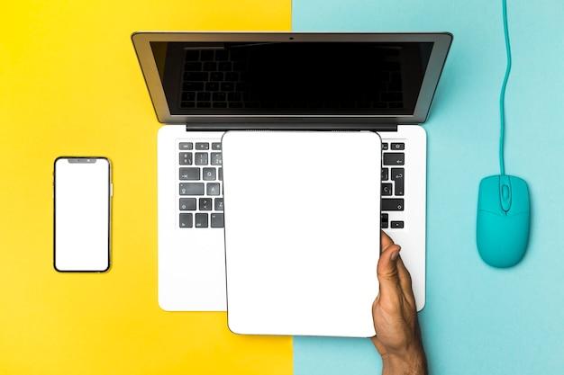 Mockup-apparaten bovenaanzicht met kleurrijke achtergrond