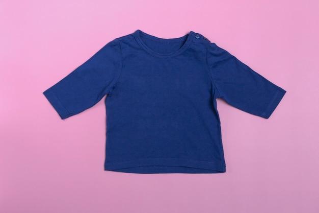 Mockup babyromper met lange mouwen in blauw op een roze achtergrond.
