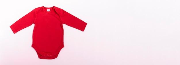 Mockup babyromper met lange mouwen in rood op een witte achtergrond. banner