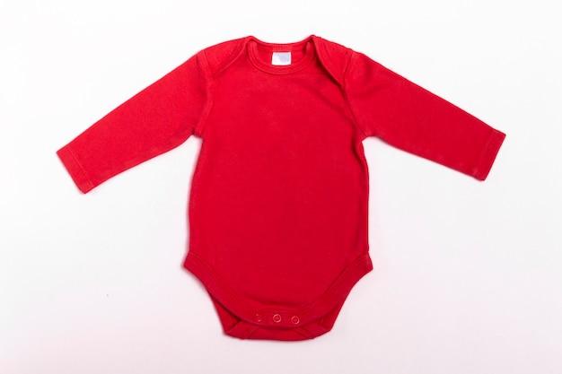 Mockup babyromper met lange mouwen in rood op een witte achtergrond.