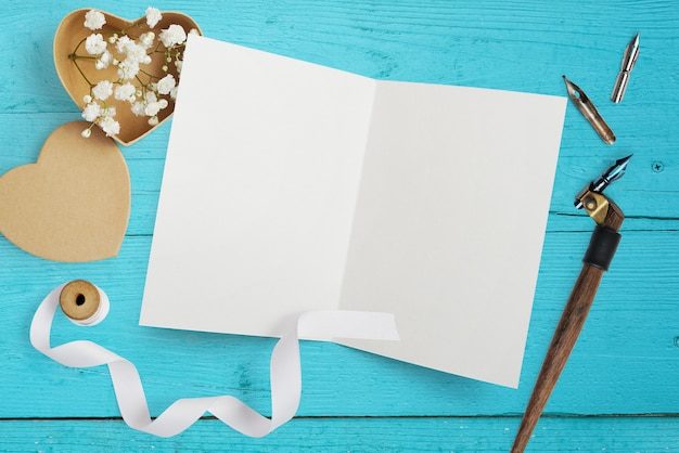 Mockup brief met papieren harten, kraft doos met bloemen voor wenskaart st. valentijnsdag