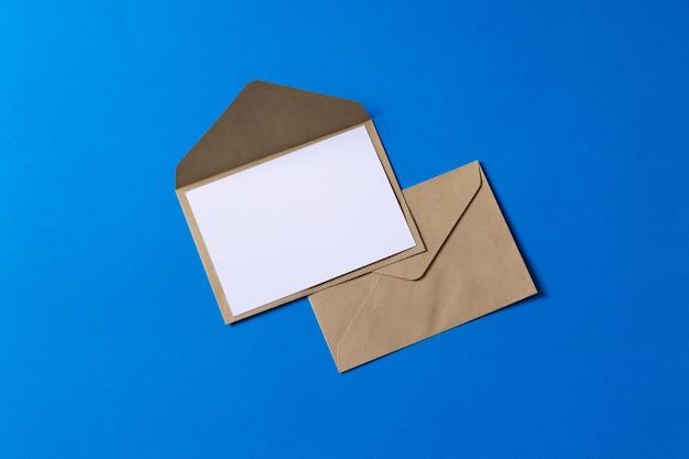 Mockup bruin kraft envelopdocument met lege witte kaart