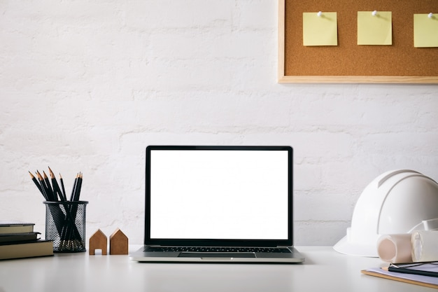 Mockup computer laptop van ingenieur werkruimte.