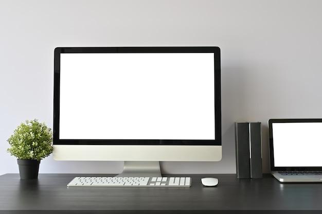 Mockup computer pc en laptop op de werkruimte.