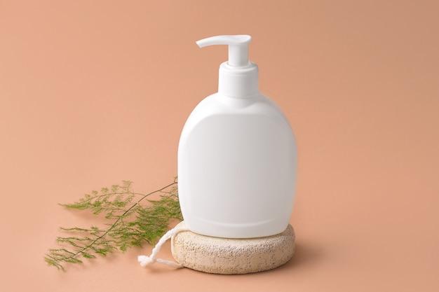 Mockup cosmetica. witte fles met dispenser op een beige achtergrond