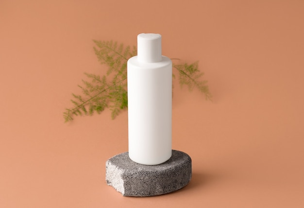 Mockup cosmetica. witte fles, op grijze steen