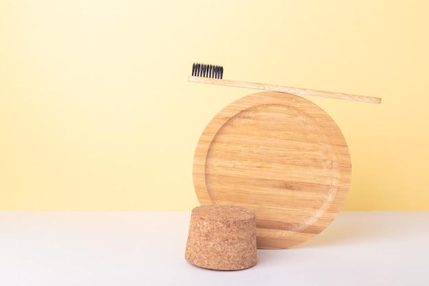 Mockup doorzichtige plastic fles met cosmetica van biologische oliën en recyclebaar gereedschap. zero waste. balanceren tussen duurzame compositie - imago
