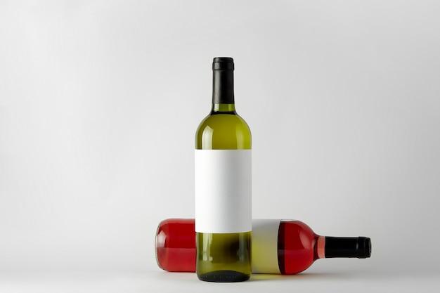 Mockup. flessen wijn van verschillende soorten geïsoleerd op een witte achtergrond.