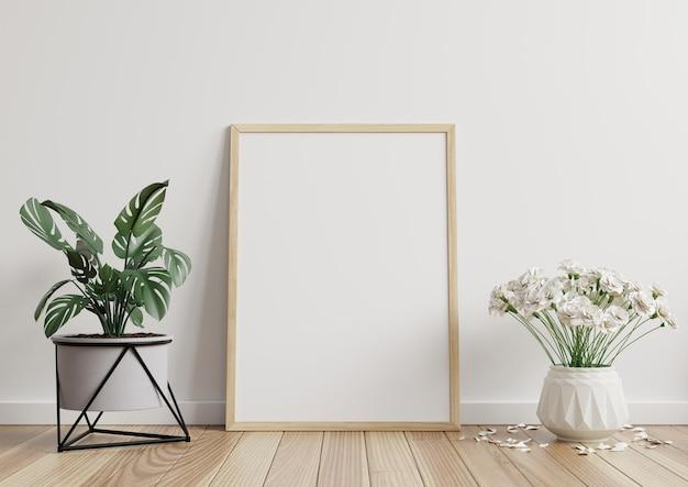 Mockup fotolijst in witte kamer met potplanten op houten vloer